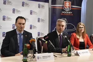 Zľava prezident Slovenského zväzu ľadového hokeja Miroslav Šatan, predseda Košického samosprávneho kraja Rastislav Trnka a vpravo riaditeľka Organizačného výboru MS18 Aneta Büdi.