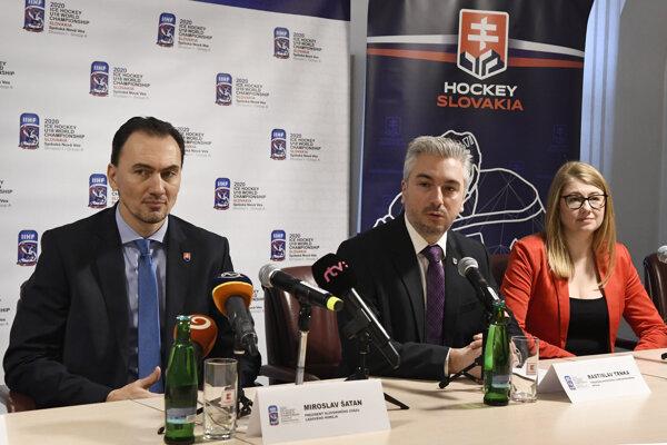 Vľavo prezident Slovenského zväzu ľadového hokeja Miroslav Šatan, uprostred predseda Košického samosprávneho kraja Rastislav Trnka a vpravo riaditeľka Organizačného výboru MS18 Aneta Büdi.