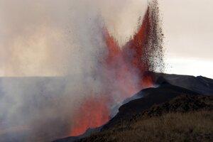 Pohľad na erupciu vulkánu Sierra Negra na najväčšom ostrove súostrovia Galapágy.