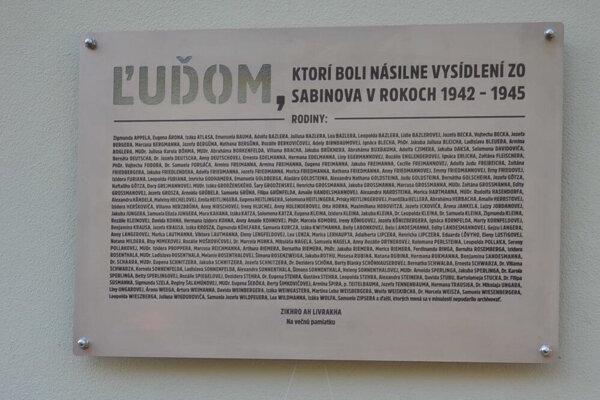 Pamätná tabuľa obetiam holokaustu v Sabinove.
