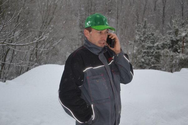 Vlani v rovnakom čase mal starosta Parihuzoviec Ján Stanko iné starosti. Po záľahe snehu riešil mimoriadnu situáciu v obci.