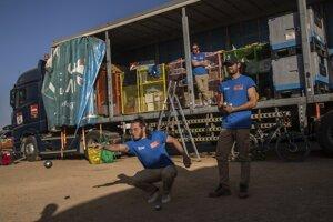 Usporiadatelia si krátia čas aj hraním petangu.