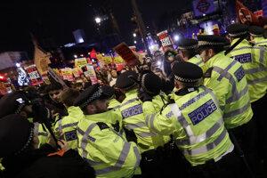 Ľudia v kolízii s políciou počas demonštrácie odporcov Borisa Johnsona 13. decembra 2019.