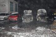 Obhorené autá po požiari.