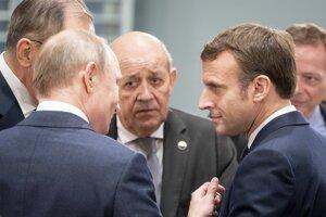 Emmanuel Macron (vpravo) pred začiatkom konferencie diskutuje s ruským prezidentom Vladimirom Putinom.