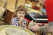 Deti môžu v ateliéri tvoriť s hlinou, maľujú alebo sa venujú hudbe.