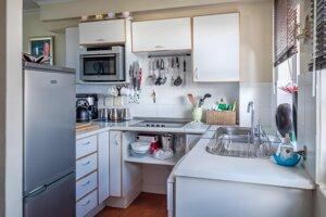 Kuchyne v garsónkach zväčša bývajú malé, treba ich zariadiť prakticky a efektívne.