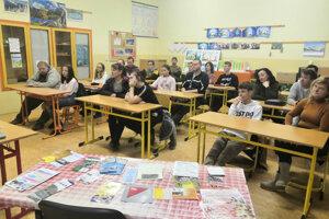 Žiaci počúvajú ponuku stredných škôl.