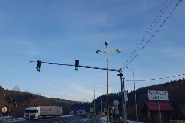 Na semafore zatiaľ stále svieti zelená.