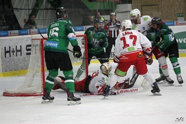 Prekonaná obrana aj brankár Miškovca. Zdesiateho gólu sa radujú: Hruška (16), Stupka (12) aj strelec Hatala (33).