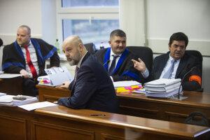 V popredí podnikateľ a bývalý riaditeľ TV Markíza Pavol Rusko, zadný rad sprava obžalovaný Marian Kočner a advokáti Michal Mandzák a Martin Pohovej.
