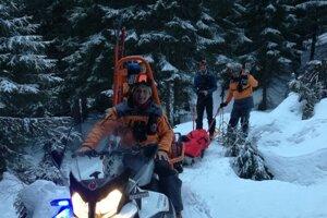 Mužovi na lazoch pomohli horskí záchranári.
