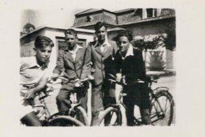 Chlapci na bicykloch.