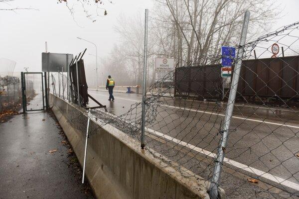 Zničený plot na maďarsko-srbskej hranici pri Röszke 28. januára 2020.