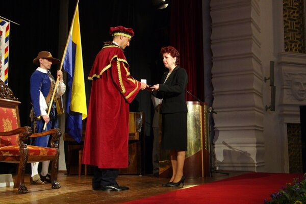 Šotterová si prebrala v roku 2011 z rúk vtedajšieho primátora Rašiho ocenenie za skvalitňovanie vzdelávania na ZŠ Ľ. Podjavorinskej.