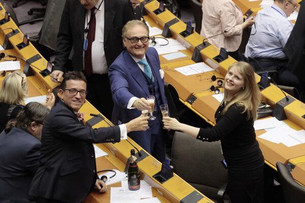 Britskí europoslanci oslavujú schválenie dohody.
