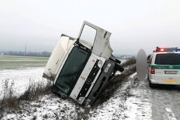 Jedna z ranných nehôd na zrejme ešte neposypanej vozovke.
