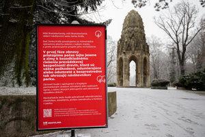 O plánovanej obnove informuje tabuľa pri vstupe do parku.