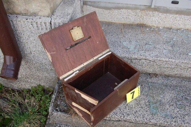 Zlodeji odcudzili z kostola v marci 2017 aj drevenú pokladničku na milodary, v ktorej bola finančná hotovosť.