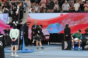 Novak Djokovič protestuje u rozhodcu Damiena Dumusoisa vo finále Australian Open 2020.