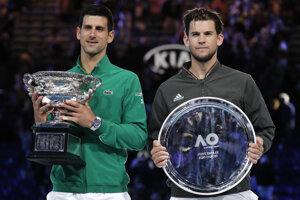 Novak Djokovič a Dominic Thiem s trofejami po finále Australian Open 2020.