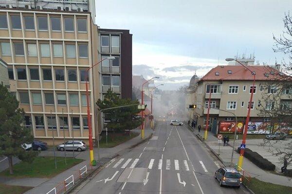 Horí na Žarnovovej ulici, dym sa šíri aj po Kollárovej.