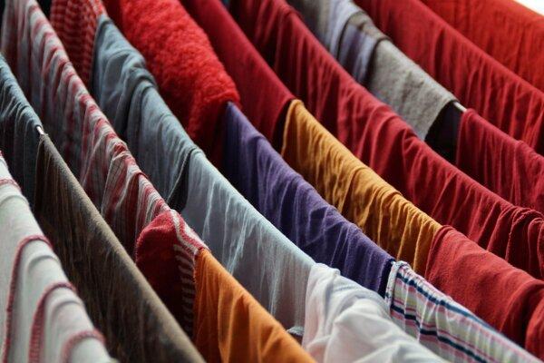 Pranie oblečenia uvoľňuje do prírody obrovské množstvo drobných plastových mikrovlákien.