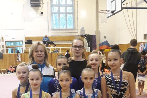 Darilo sa na oboch podujatiach. Úspešné gymnastky z Čiech.