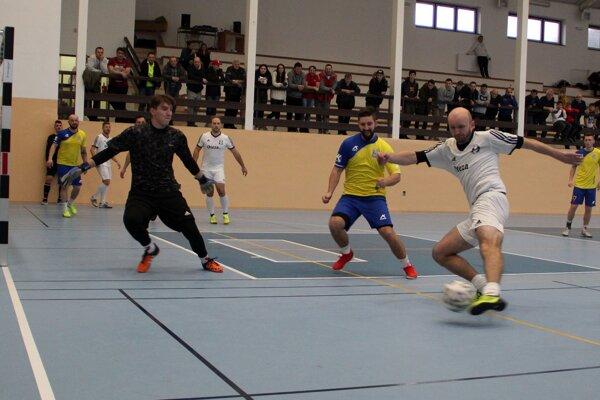 Finále obstarali domáci hráči z Tvrdošína (v žltom) a Turčianska Štiavnička (v bielom).
