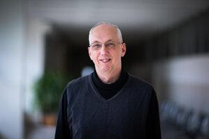 Zbyněk Kubáček (57) absolvoval matematickú analýzu na Matematicko-fyzikálnej fakulte (dnes Fakulta matematiky, fyziky a informatiky) Univerzity Komenského v Bratislave. Od ukončenia štúdia v roku 1985 pôsobí na tej istej fakulte. Je docentom a vedúcim katedry matematickej analýzy a numerickej matematiky a venuje sa didaktike matematiky. Takisto vedie Cisársky a kráľovský dychový komorný orchester, ktorý sa špecializuje na hudbu z čias Rakúsko-Uhorska a vystupuje v dobových uniformách.
