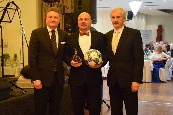 Ladislav Heiser (v strede) strofejou pre najlepšieho strelca tretej triedy (sezóna 2018/2019).