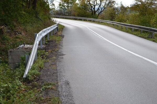 Povrch vozovky v nebezpečnom úseku je hladký a lesklý ako sklo.