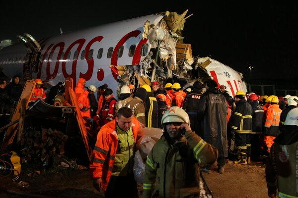 Záchranári na mieste nehody.
