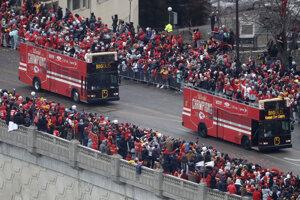 Hráči Kansas City Chiefs prechádzali mestom v otvorenom autobuse.