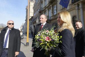 Množstvo mužov v čiernom i selfie s vrátnikom. Do Košíc prišla prezidentka.
