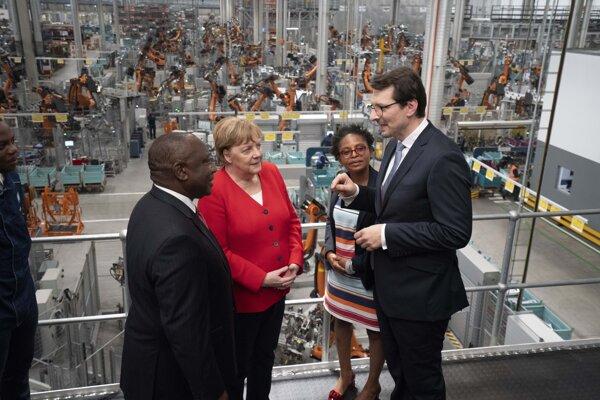 Nemecká kancelárka Angela Merkelová a juhoafrický prezident Cyril Ramaphosa na návšteve továrne BMW v Rosslyne v JAR.