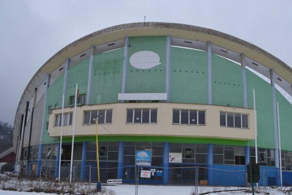 Zimný štadión na prelome januára a februára.