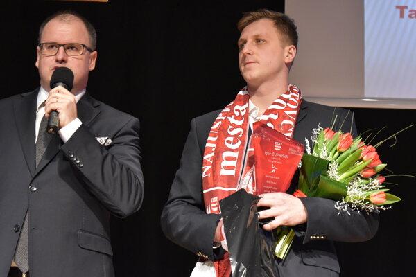 Moderátor Marcel Merčiak a víťaz Igor Čupryna.