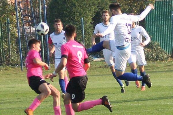 Futbalistov Spišskej Novej Vsi (v bielom) trápi najmä nízka početnosť kádra.