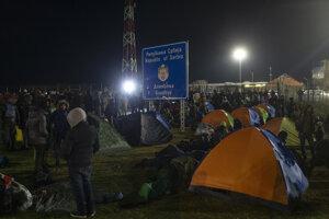 Migranti v improvizovanom tábore pri maďarsko-srbskom cestnom hraničnom priechode Kelebija - Tompa.