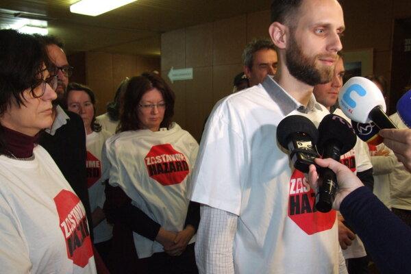 Aktivisti, ktorí zbierali podpisy pod petíciu Zastavme hazard.
