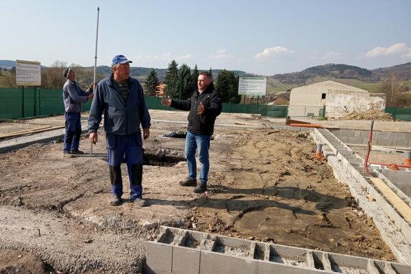 Štefan Vároš (vpravo) dohliada na projekt.