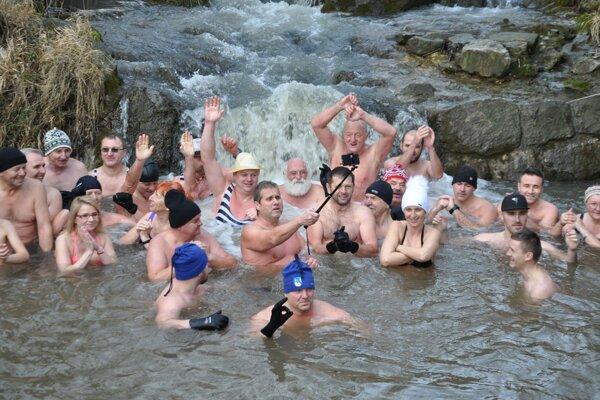 Otužilci sa studenej vody neboja, kúpu sa v nej s úsmevom.