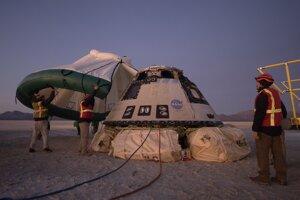 Personál NASA a americkej armády pri kapsule Starliner krátko po pristátí v púšti White Sands v štáte Nové Mexiko.