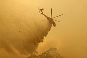 Zásah vrtuľníka pri hasení požaru v blízkosti austrálskeho mesta Canberra.