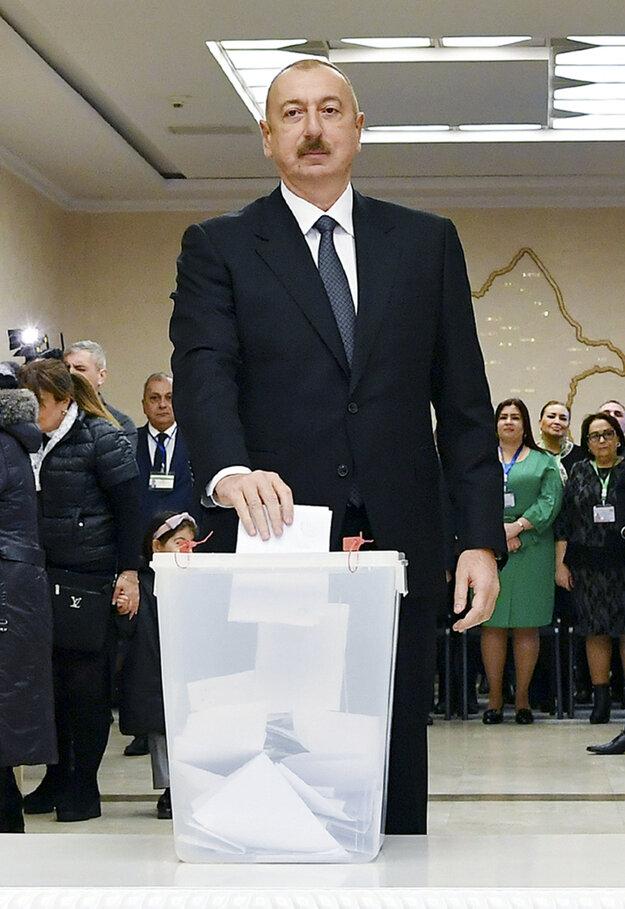 Azerbajdžanský prezident Ilham Alijev odovzdáva svoj hlas.