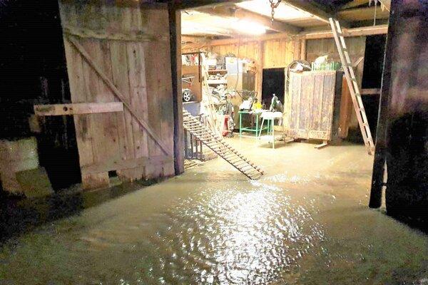 Zaplavená stodola v Rakove.