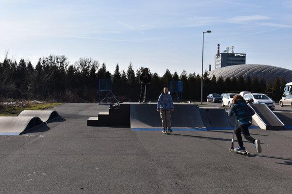 Humenský skatepark využívajú aj kolobežkári.