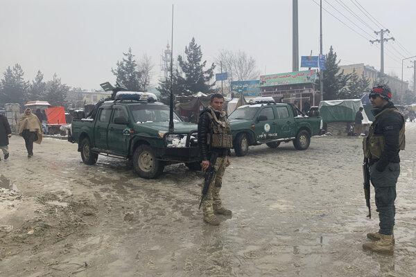 Afganská polícia na mieste explózie blízko vojenskej akadémie v Kábule 11. februára 2020.