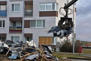 Odpratávanie zbytkov strechy, ktorá odletela z bytového domu na sídlisku Sotina.